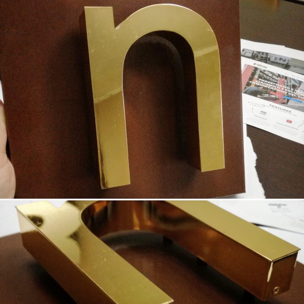 insegna a lettere scatolate
